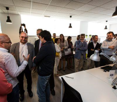 Emprendedor en la Guarida Creativa coworking en alcorcon con las mejores instalaciones modernos comodo y con mesas, despachos, salas de reuniones y todo lo necesario para que un emprendedor pueda desarrollar su proyecto